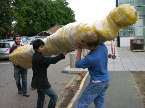 Lifting and carrying a monumental statue in resin